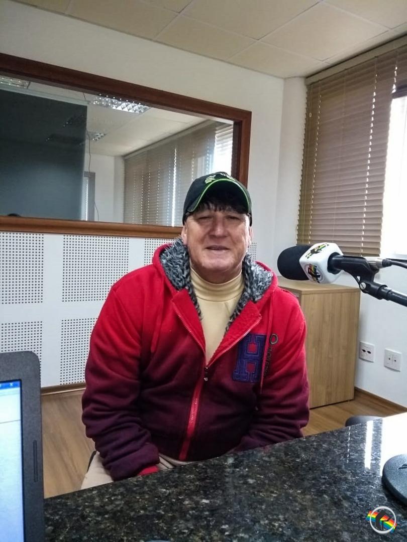 Migueloestino que joga em Portugal visita a Rádio Peperi