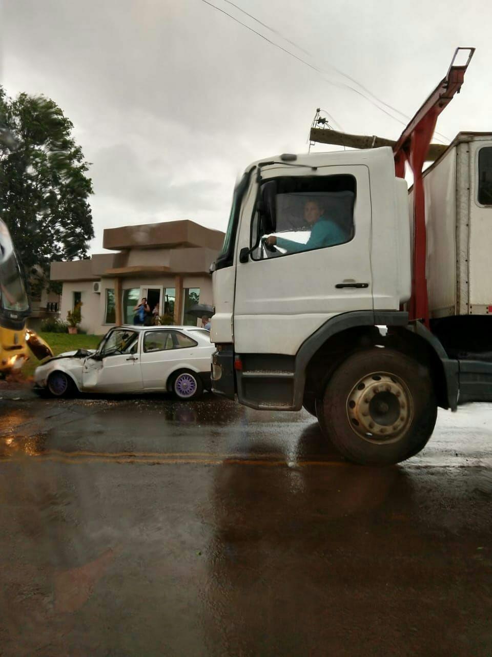 Quatro pessoas ficam feridas em colisão de carro e ônibus em Palmitos