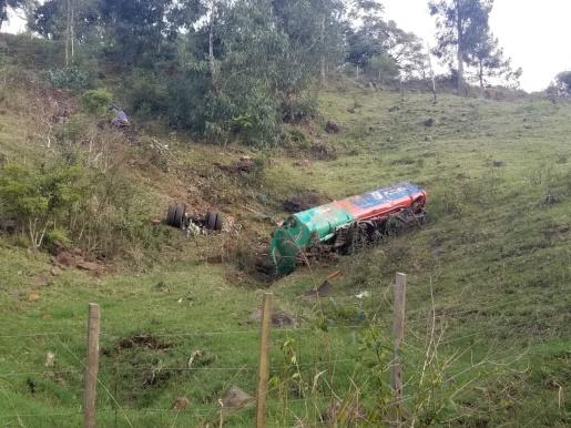 Caminhão despenca em ribanceira e rodovia é interditada por risco de explosão