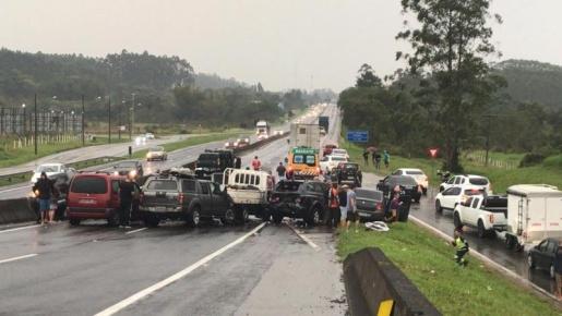 Engavetamento com 10 veículos deixa ao menos três pessoas feridas em Santa Catarina