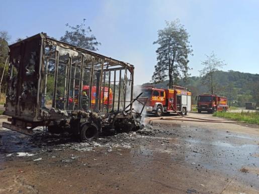 Caminhão é destruído por incêndio na BR-282