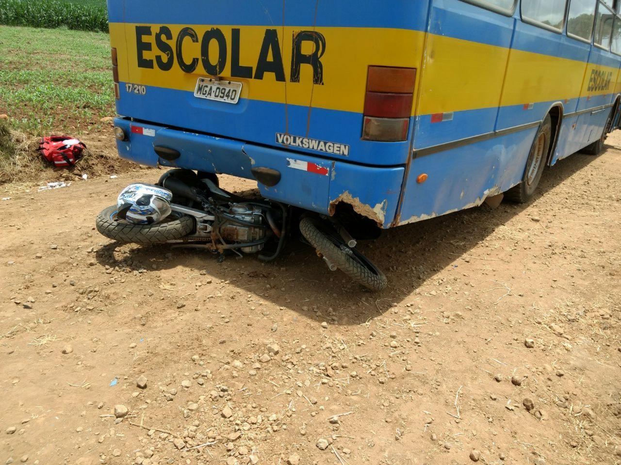 Motociclista fica ferido ao colidir na traseira de ônibus