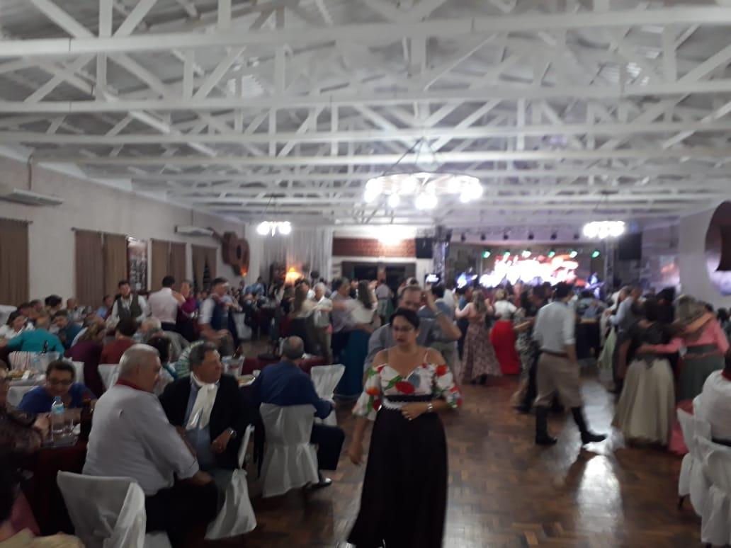 VÍDEO: Baile de encerramento do ano com Os Monarcas lota CTG