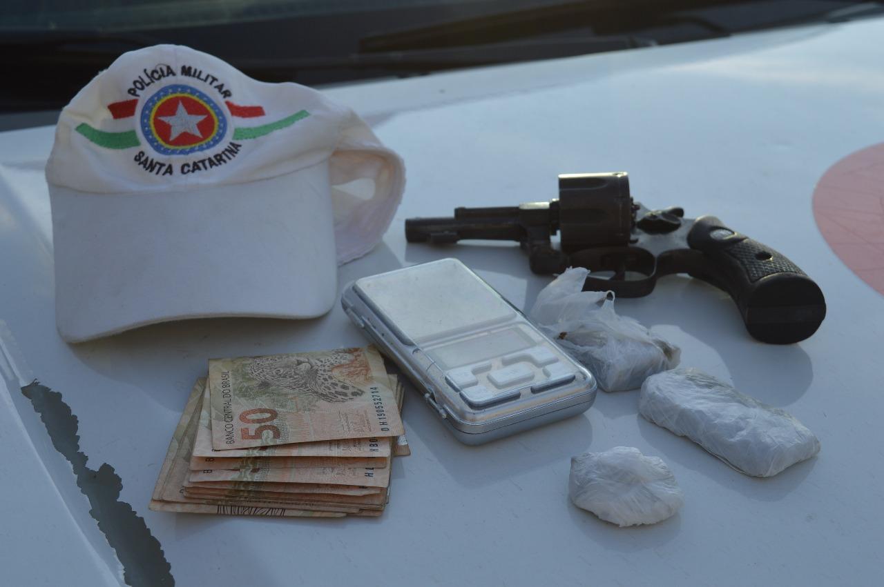 Ação entre PMRv e PM prende homem em flagrante por tráfico e porte ilegal de arma de fogo na SC-480