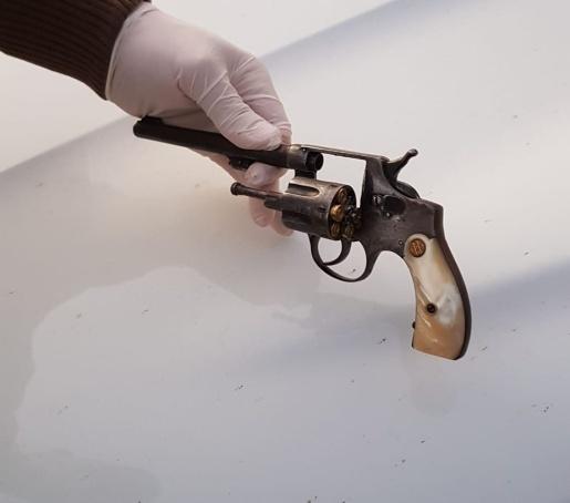 Polícia cumpre mandados e prende homem por posse irregular de arma de fogo
