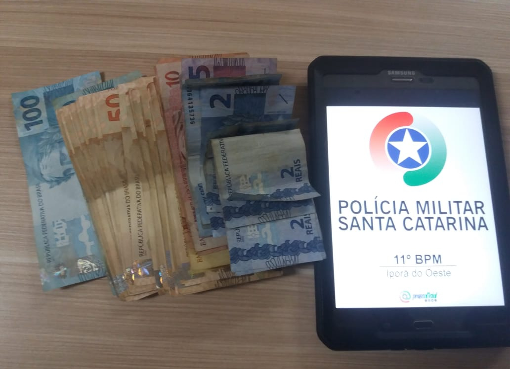 Bolsa com documentos e dinheiro é devolvida após proprietária esquecer pertences em restaurante
