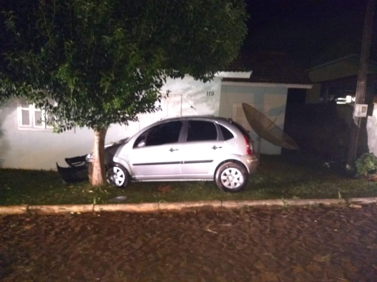 Motorista foge do local e abandona veículo após acidente em Guarujá do Sul