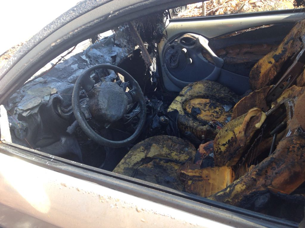 Carro pega fogo após pane elétrica