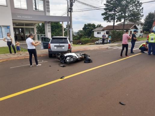 Acidente entre carro e moto deixa homem ferido em SMOeste