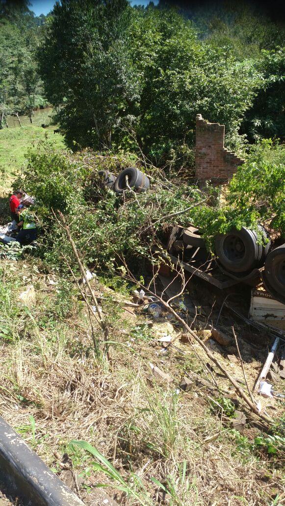 ATUALIZADA: Homem morre em saída de pista de caminhão próximo ao trevo em Caibi