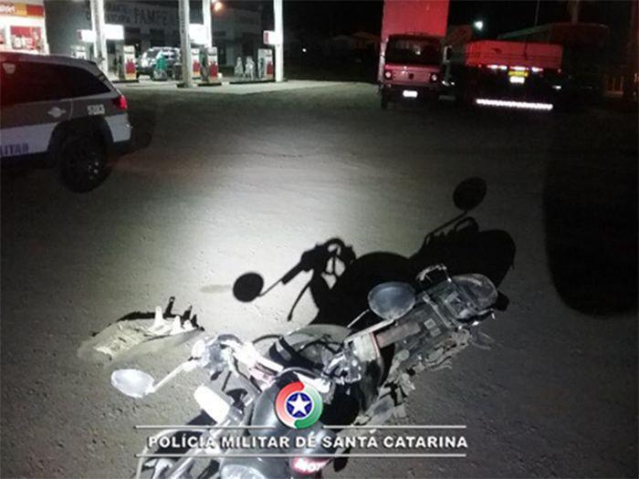 Caminhão passa por cima de moto e motorista foge