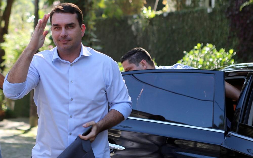 Flávio Bolsonaro atribui a Queiroz contratação de funcionários