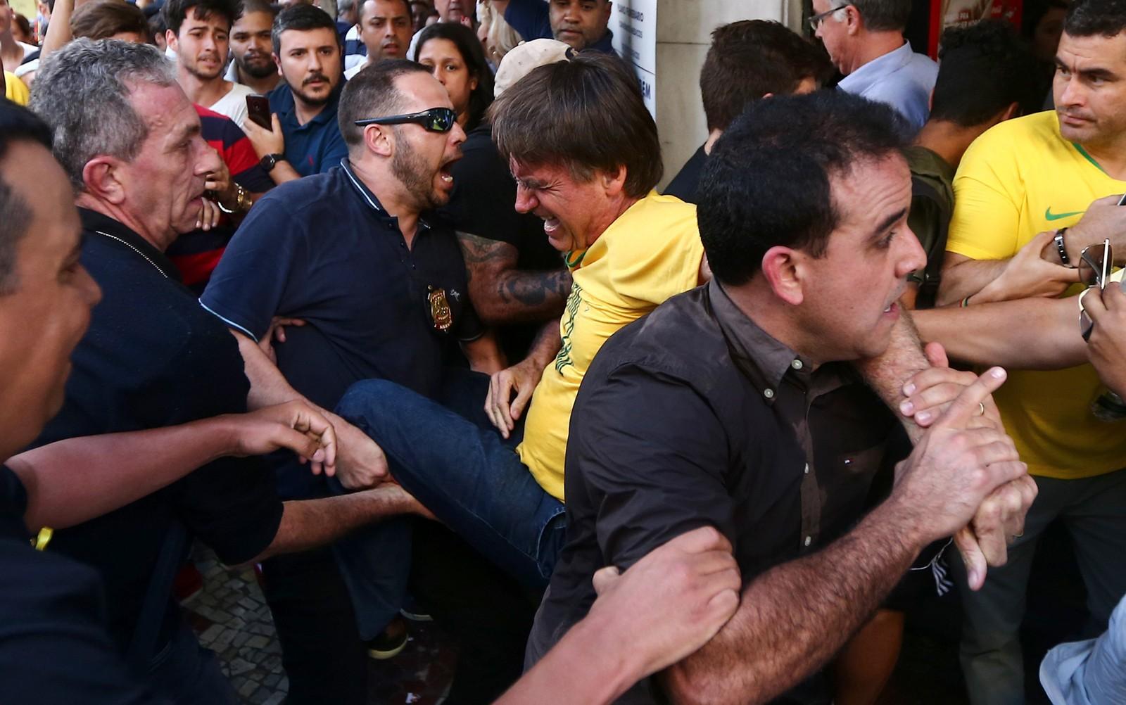 Bolsonaro leva facada durante campanha em Minas Gerais