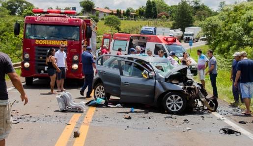 Colisão entre dois carros deixa uma pessoa morta e várias feridas em Dionísio Cerqueira