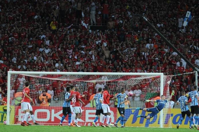 Inter vence Gre-Nal por 2 a 0, mas quem avança à semifinal é o Grêmio