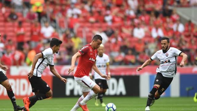 VÍDEO: Com pênalti inexistente Inter vira pra cima do Vitória