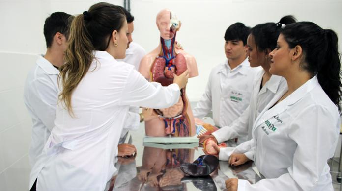 Governo Federal anuncia suspensão de novos cursos de medicina no país
