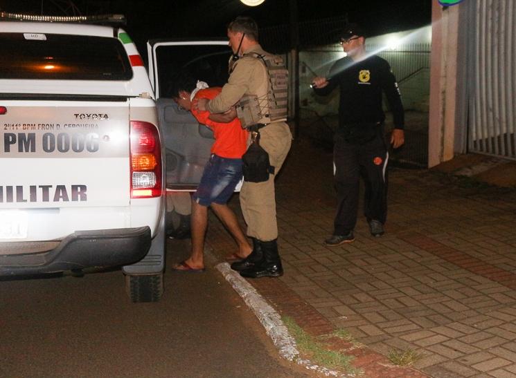 Ladrão armado com faca é detido por populares após arrombar barbearia no centro