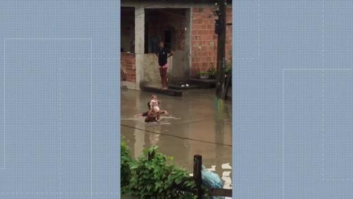 Bebê é resgatado por vizinho durante temporal e imagens viralizam na internet