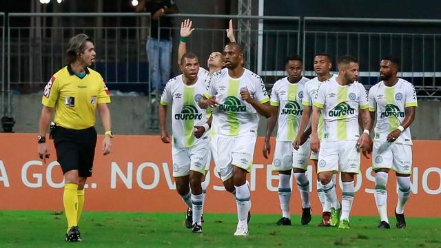 Chapecoense bate o Bahia e mantém vivo sonho de Libertadores