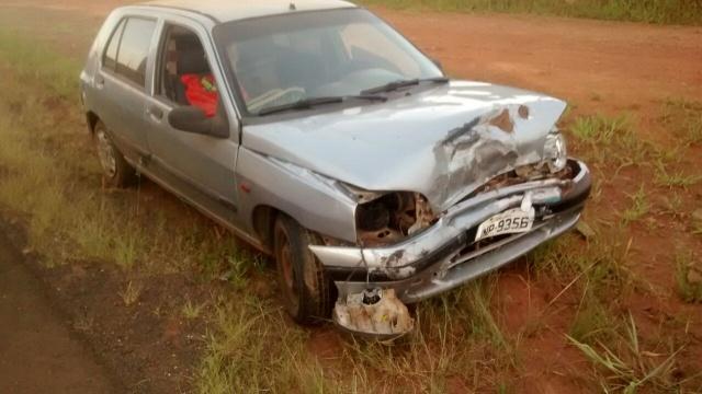 Motorista de São Miguel do Oeste fica ferido ao colidir carro em carreta na BR-163