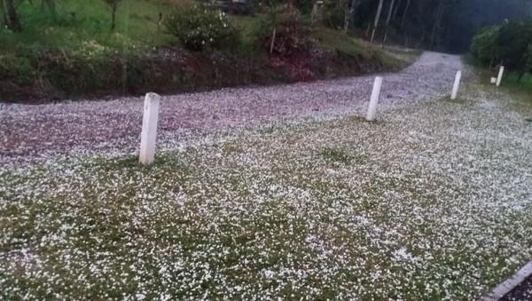 Chuva com granizo, vento e raios atinge cidades catarinenses