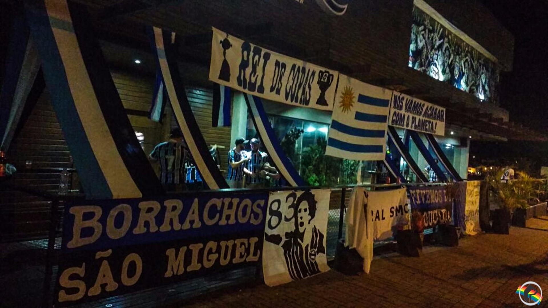 Torcedores do Grêmio assistem ao 1º jogo da final da Libertadores
