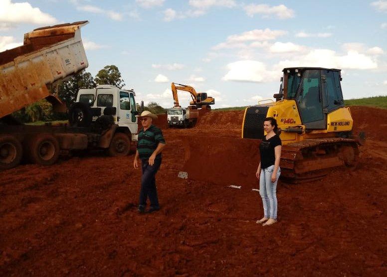 Secretaria de Agricultura trabalha em terraplanagens em Guaraciaba
