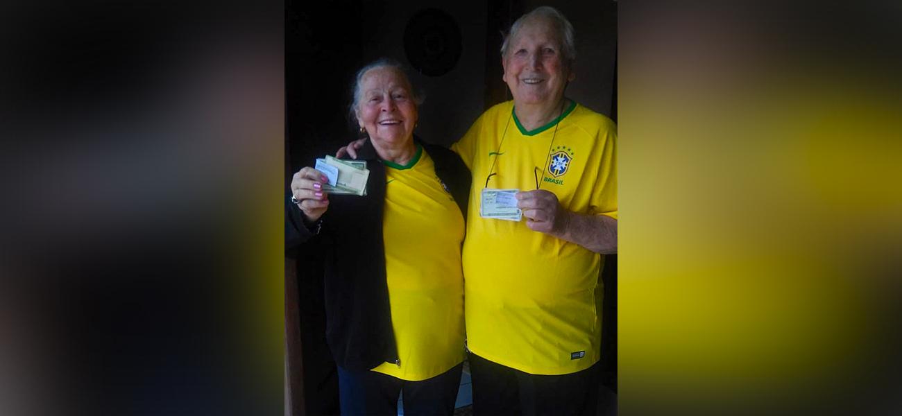 Casal de idosos com mais de 80 anos vota em São Miguel do Oeste