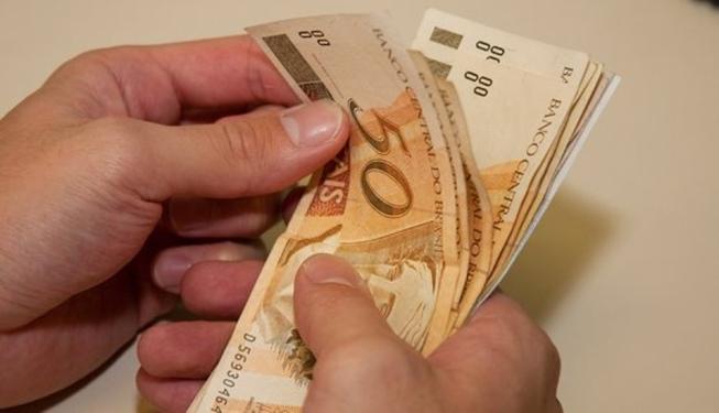 Governo reduz previsão e estima salário mínimo abaixo de R$ 1 mil em 2019