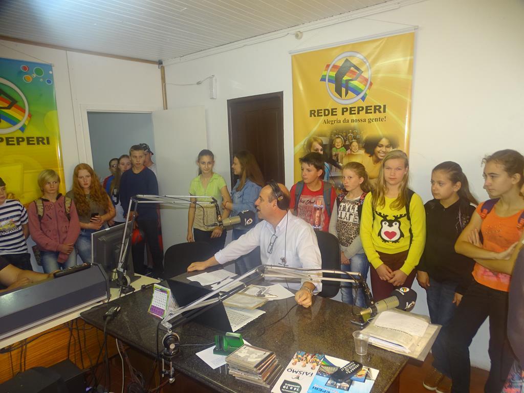 Alunos da Escola Ludgero Wiggers visitam Rádio Itapiranga