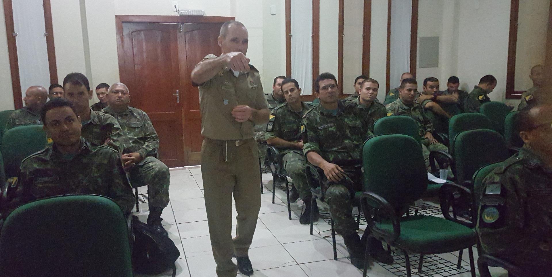Comandante da Polícia Ambiental ministra instrução para policiais do Acre