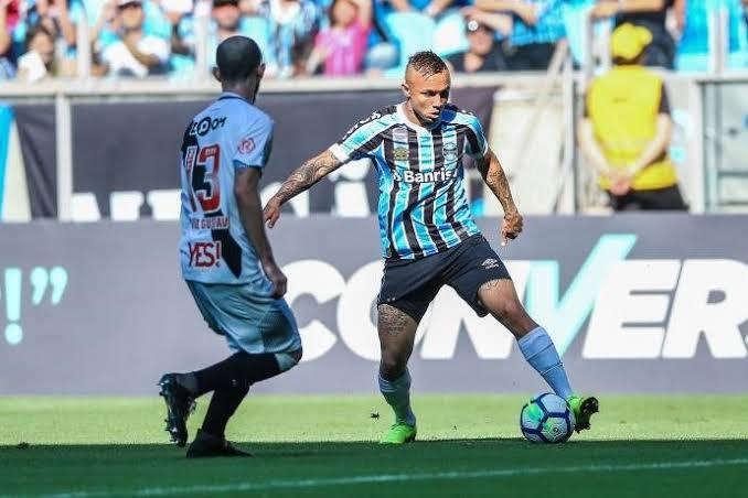 Grêmio vence Vasco de virada e entra no G4