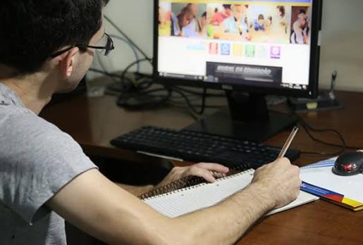 Famílias enfrentam desafio no auxílio de atividades escolares