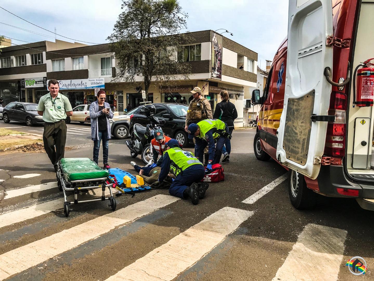 VÍDEO: Colisão em rótula deixa jovem ferida no centro do município