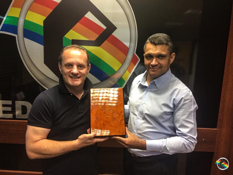 Diretor da Peperi recebe a Bíblia do Bispo Edir Macedo