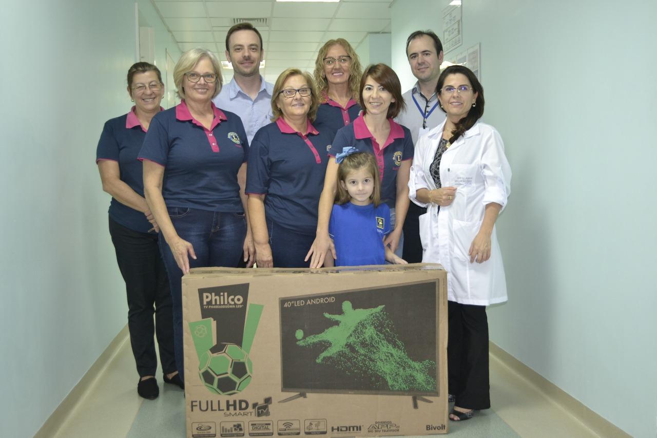Lions Clube Lionesses entrega TV para Hospital Regional