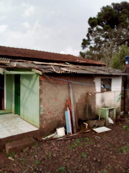 Vento forte causa destelhamento de casa no interior