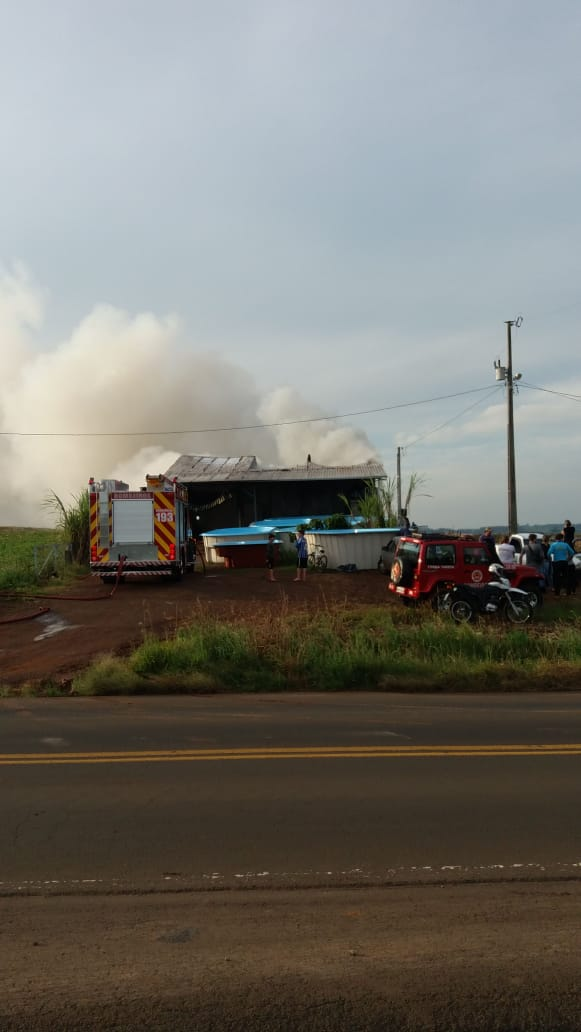 Incêndio atinge depósito da empresa Iporã Piscinas