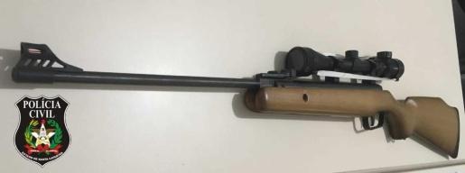 Homem é preso em Mondaí por posse ilegal de acessório restrito e arma de fogo