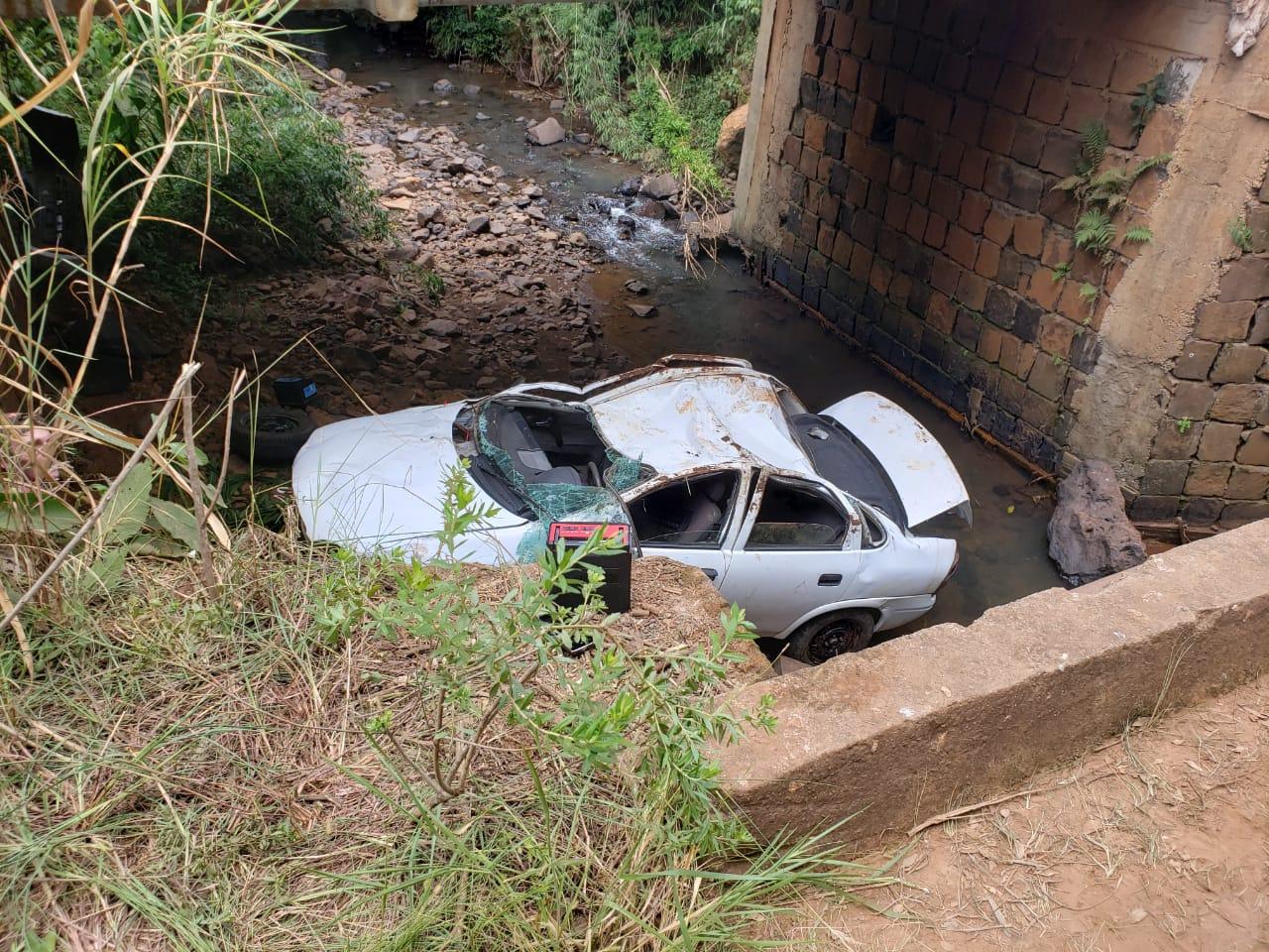Veículo capota em ponte e deixa motorista ferido