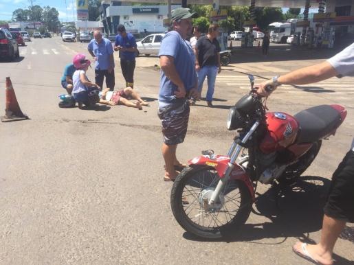 Motociclista fura sinal  vermelho e causa acidente na Willy Barth