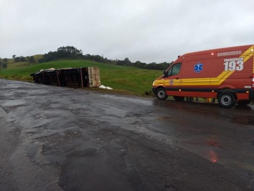Carreta sai da pista e tomba às margens da BR-163