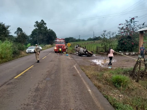Capotamento deixa motorista ferida na SC-161 em Anchieta
