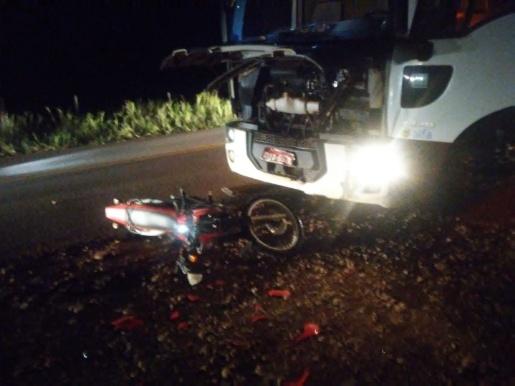 Colisão entre moto e caminhão deixa um ferido em SJCedro