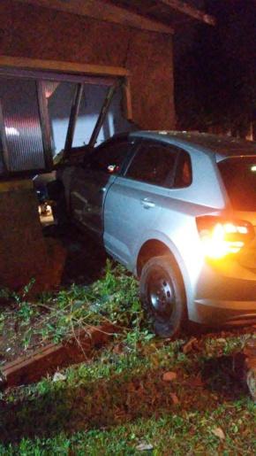 Veículo invade quarto de residência e deixa uma pessoa ferida em SJCedro