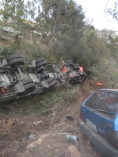Colisão entre carro e carreta deixa uma pessoa morta na BR-282