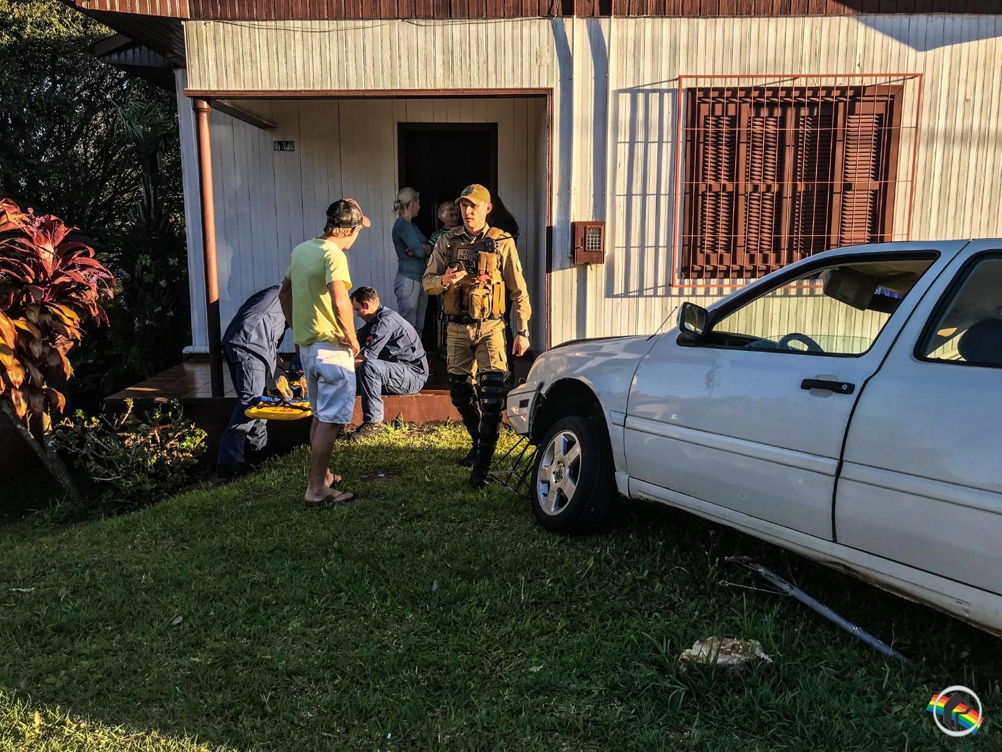 VÍDEO: Mulher colide carro em dois veículos e invade casa no centro