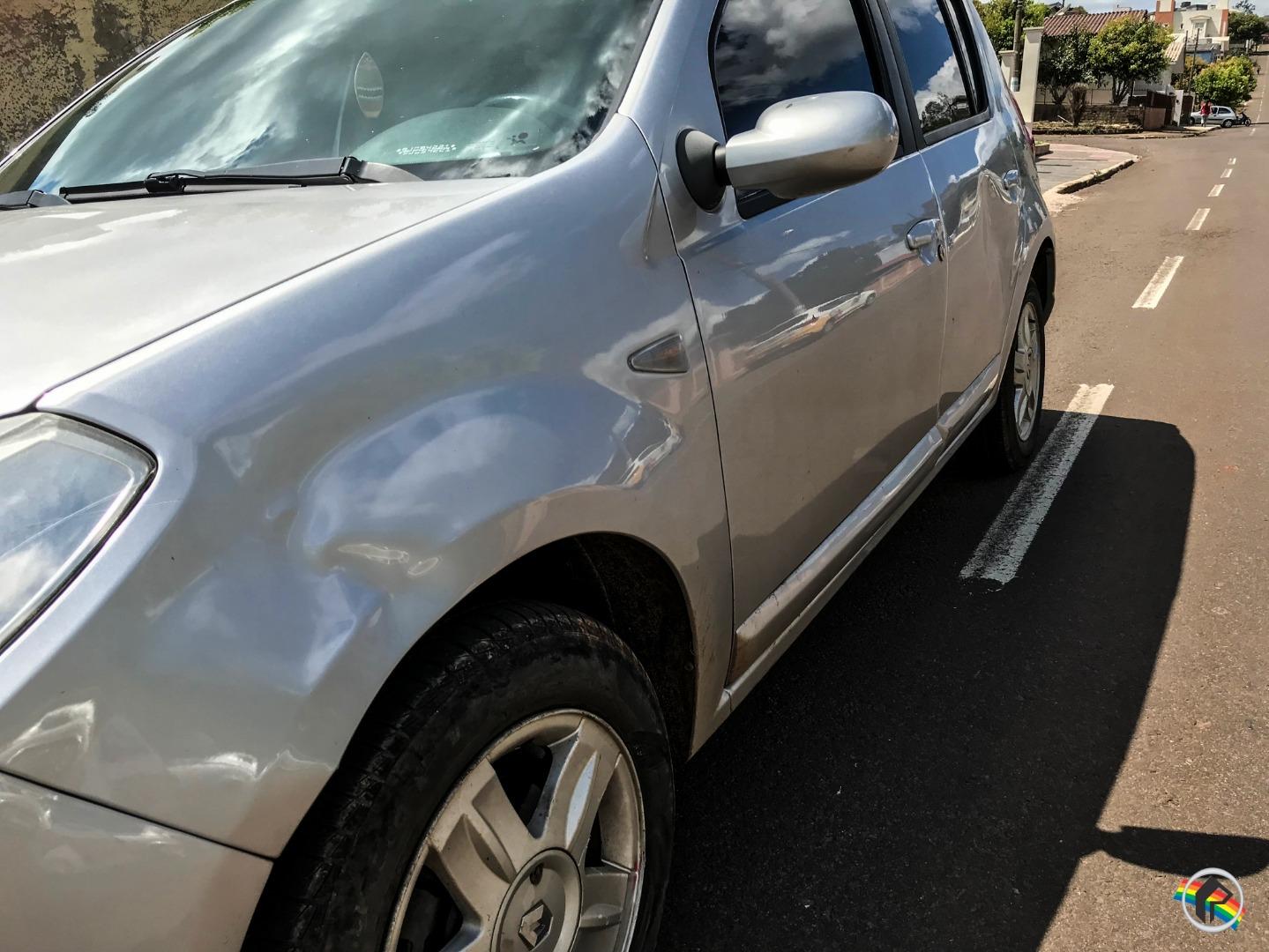 Mulher fica ferida em acidente envolvendo carro e moto no centro
