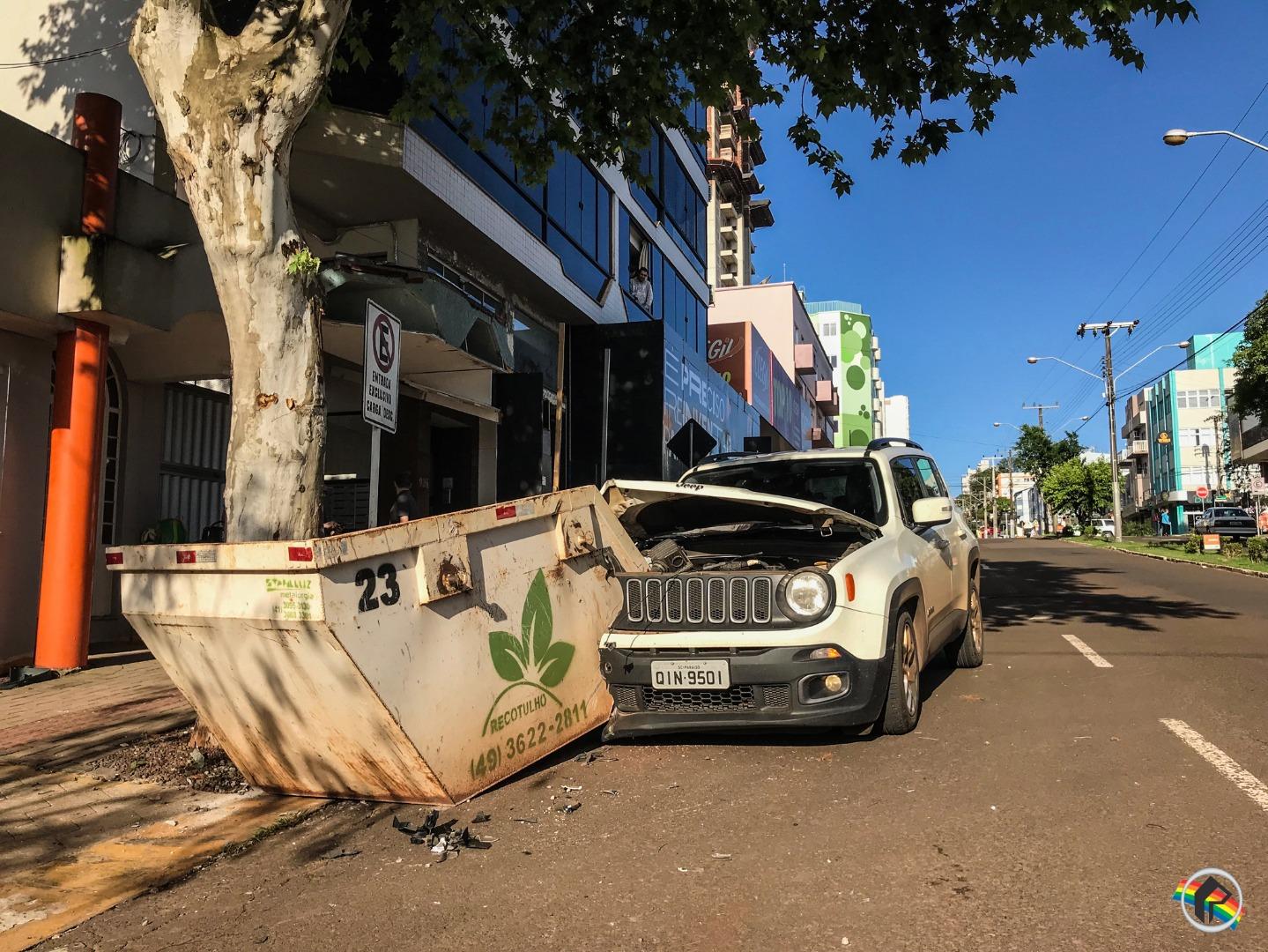 VÍDEO: Freio falha e mulher colide carro em container no centro